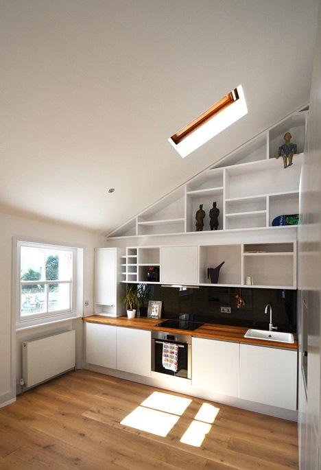 25560714 103711 ผนังและบันได เป็นชั้นวางของ ห้องน้ำเป็นผนังกั้นห้องและมีห้องนอนข้างบน..เพิ่มพื้นที่ และใช้ประโยชน์ได้คุ้มจริงๆ
