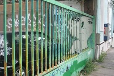 Street Art ภาพที่ซ่อนอยู่บนราวลูกกรงข้างถนน 23 - street art