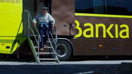 bankiabus 450x253 รถเคลื่อนที่ของธนาคาร Bankia ที่คอยมาให้บริการตามหมู่บ้านใน Maderuelo