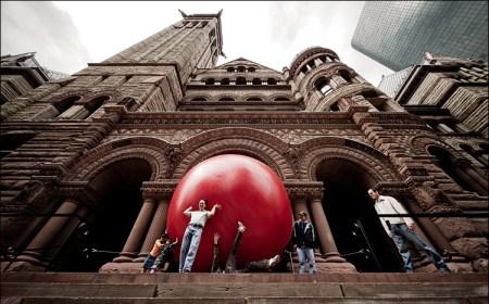 luminato 09 red ball old city hall wide low 01 450x280 Redball Project โปรเจ็คต์พื้นที่สาธารณะและมีส่วนร่วมผ่านงานศิลปะได้จริง