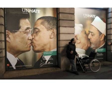 Benetton UnHate Campaign 450x353 The UNHATE campaign ภาพของผู้นำประเทศซึ่งมีความขัดแย้งกัน จูบกัน
