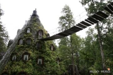 โรงแรมรูปทรงภูเขาไฟที่ปล่อยน้ำตกแทนลาวา และปกคลุมด้วยต้นไม้ ในชิลี