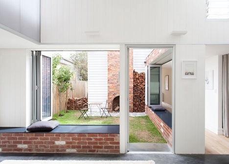 25570301 144222 เพิ่มแสงสว่างให้กับบ้านเก่า ด้วยสวนกลางบ้าน