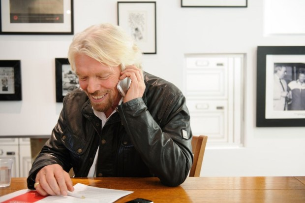 richard phone writing pen letter 650x432 10 เทคนิคเพื่อความสำเร็จ จาก Richard Branson เจ้าของอาณาจักร Virgin