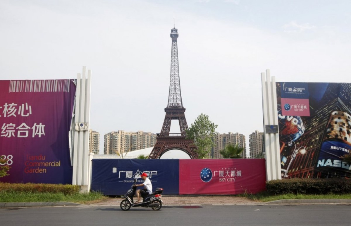 the developers also planned to create a school hospital and a country club Little Paris in Hangzhou,China ปารีส รกร้างในเมืองจีน