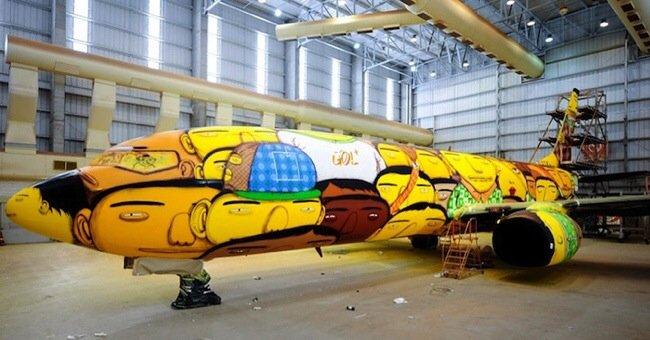 20140529 105751 39471435 ศิลปิน graffiti วาดภาพบนเครื่องบินทีมชาติบราซิล ในฟุตบอลโลก World Cup2014