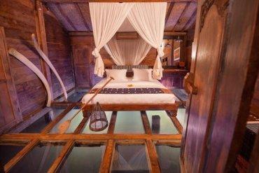 """โรงแรม""""บ้านกุ้ง""""..พื้นห้องนอนเป็นกระจกใสมองเห็นชีวิตสัตว์น้ำในบ่อกุ้ง  13 - อินโดนีเซีย"""