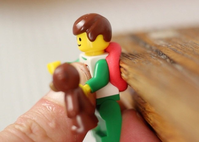 20140702 205312 75192791 ใช้ประโยชน์จากตุ๊กตาเลโก้ เป็นที่จัดระเบียบยึดจับสาย iPhone