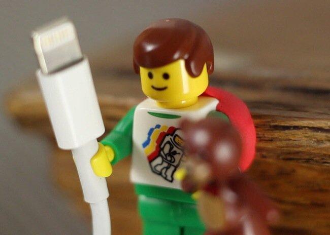 ใช้ประโยชน์จากตุ๊กตาเลโก้ เป็นที่จัดระเบียบยึดจับสาย iPhone 13 - iPhone
