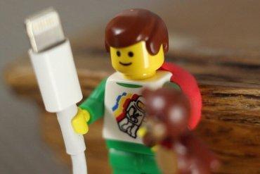ใช้ประโยชน์จากตุ๊กตาเลโก้ เป็นที่จัดระเบียบยึดจับสาย iPhone 17 - Lego