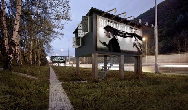 20140712 171516 62116685 ใช้ประโยชน์จากป้ายโฆษณา เป็นที่พักพิงสำหรับคนไร้บ้าน