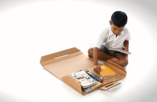 IMG 4117 Help Desk..รีไซเคิลกระดาษกล่องใช้แล้ว เป็นทั้งโต๊ะและกระเป๋าในชิ้นเดียว