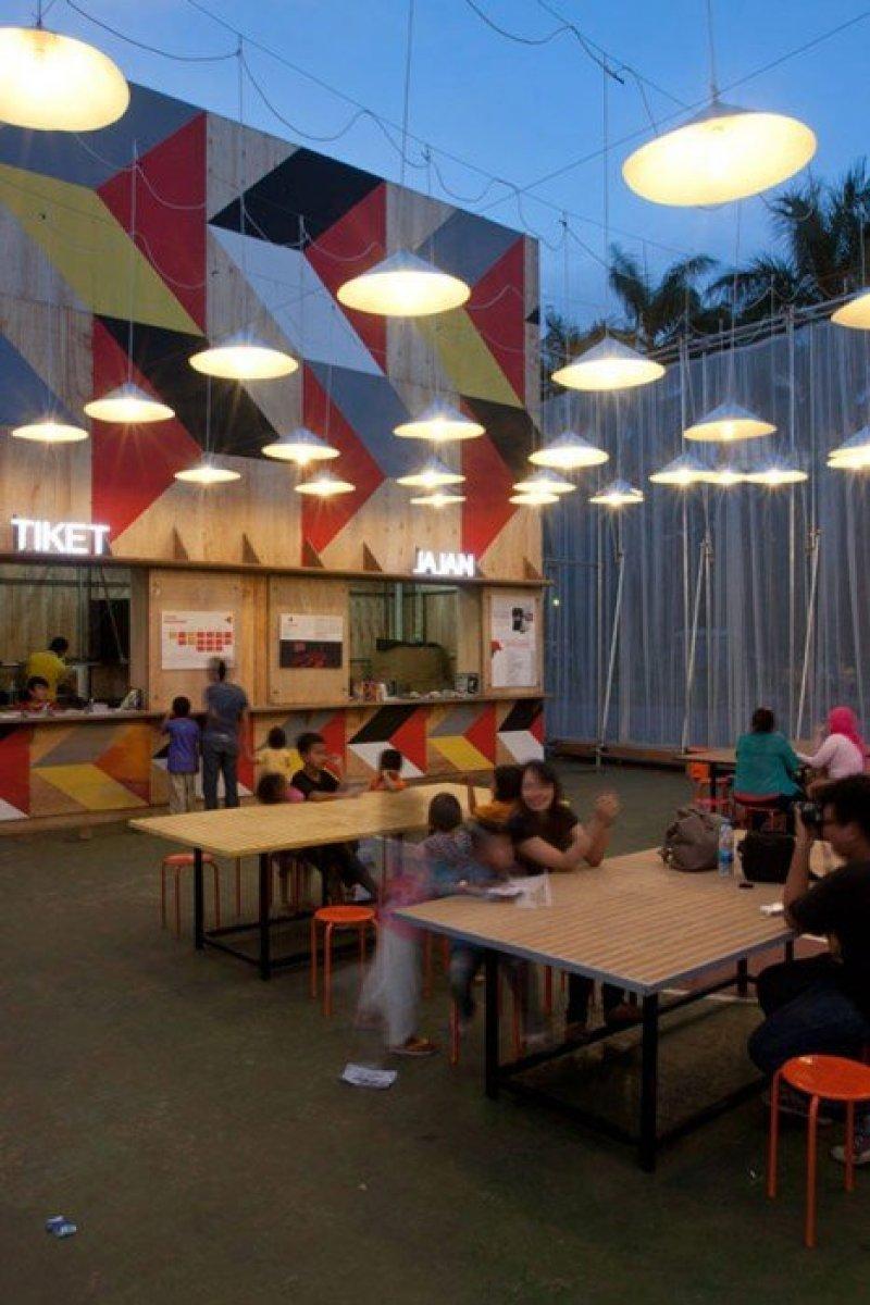 Kineforum Misbar open air cinema by Csutoras and Liando dezeen 14 โรงภาพยนตร์ชั่วคราวกลางแจ้ง ณ กรุงจาการ์ตา ประเทศอินโดนีเซีย