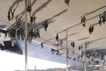 กระจกเงาที่สะท้อนพื้นที่บริเวณและผู้ที่มายืน ภายใต้ซุ้ม Vieux Port Pavilion  20 - สถาปนิก