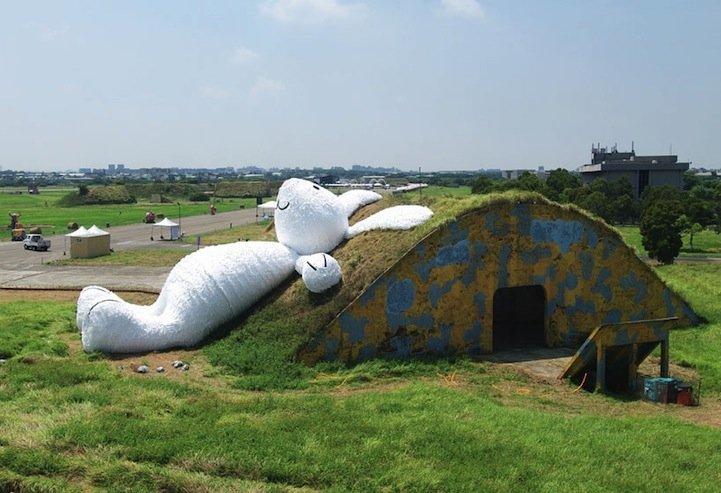 IMG 5259 กระต่ายยักษ์สีขาวขนาด 82ฟุต นอนชมจันทร์บนโรงเก็บเครื่องบินเก่า