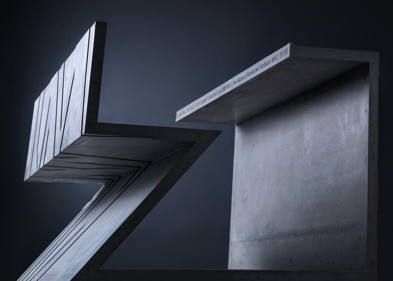 IMG 7019 โต๊ะซีเมนต์ ออกแนวกราฟฟิคโดย  Libeskind สำหรับแบรนด์  Moroso