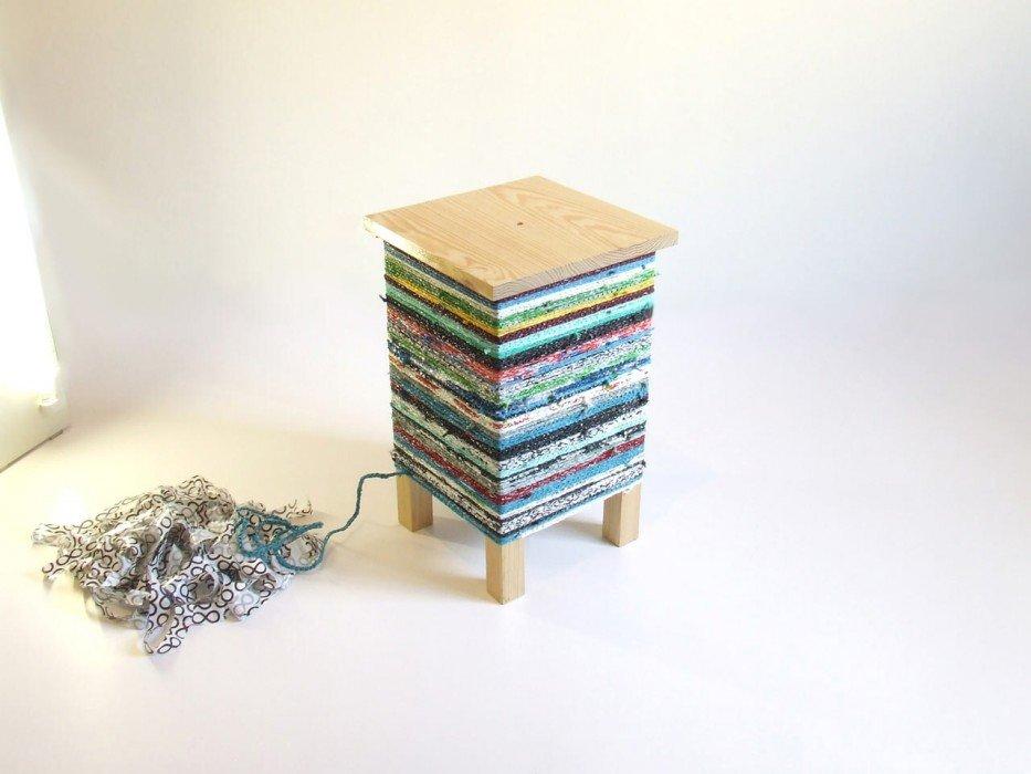 IMG 7574 เปลี่ยนเก้าอี้ไม้ธรรมดาๆ เป็นโต๊ะเข้ามุมสีสันสดใส ด้วยถุงพลาสติกถักโครเชต์