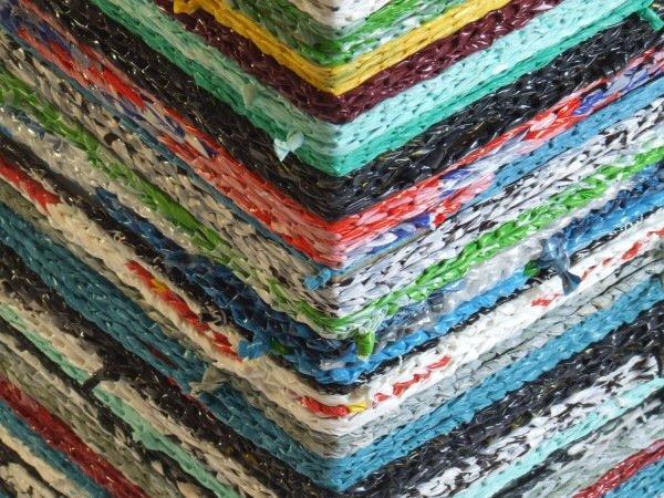 IMG 7575 เปลี่ยนเก้าอี้ไม้ธรรมดาๆ เป็นโต๊ะเข้ามุมสีสันสดใส ด้วยถุงพลาสติกถักโครเชต์