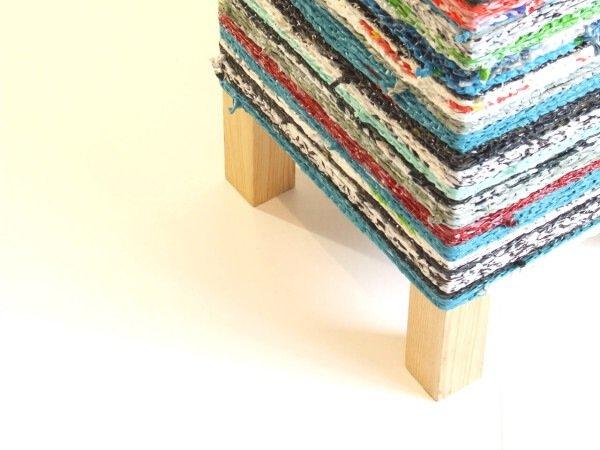 IMG 7580 เปลี่ยนเก้าอี้ไม้ธรรมดาๆ เป็นโต๊ะเข้ามุมสีสันสดใส ด้วยถุงพลาสติกถักโครเชต์