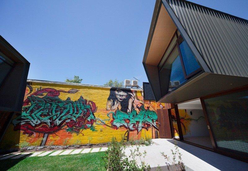 IMG 1205 บ้านในเมือง ที่นำเอา งานGraffiti มาเป็นองค์ประกอบของบ้าน