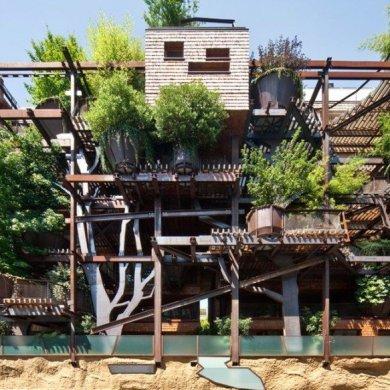 อาคารที่ปกคลุมด้วยสนิมเหล็กและต้นไม้สีเขียว เสมือนกับบ้านต้นไม้ 15 - Apartment