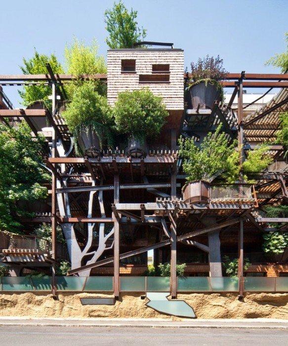 อาคารที่ปกคลุมด้วยสนิมเหล็กและต้นไม้สีเขียว เสมือนกับบ้านต้นไม้ 18 - Apartment