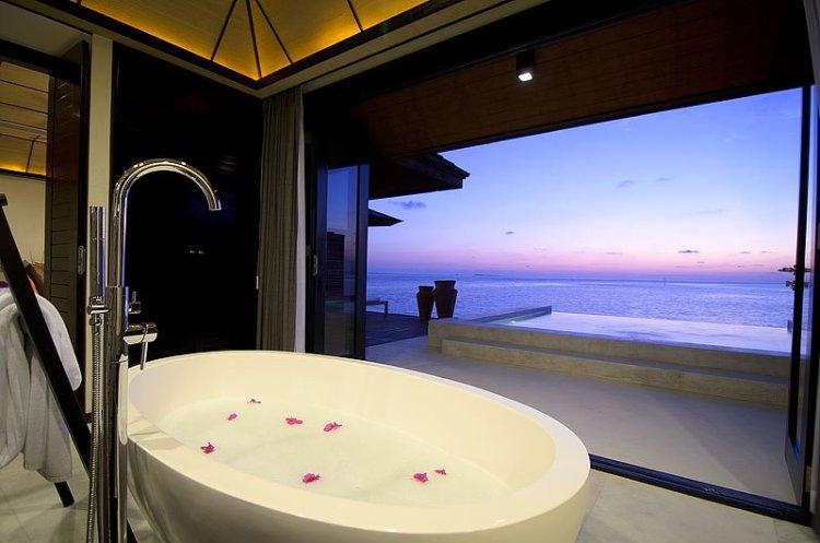 sws SunsetWVBath03 750x497 10 มัลดีฟส์ รีสอร์ท ราคาคนไทยแบบ All Inclusive ห้ามพลาดถ้าคิดจะไปเที่ยว Maldives