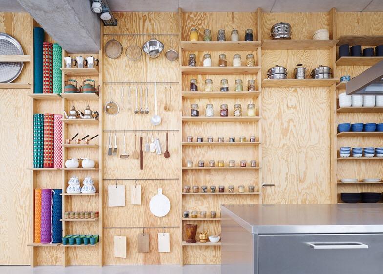 เก็บทุกอย่างไว้ที่ผนัง เพื่อให้มีความยืดหยุ่นในการใช้พื้นที่ได้ตามต้องการ 15 - Art & Design