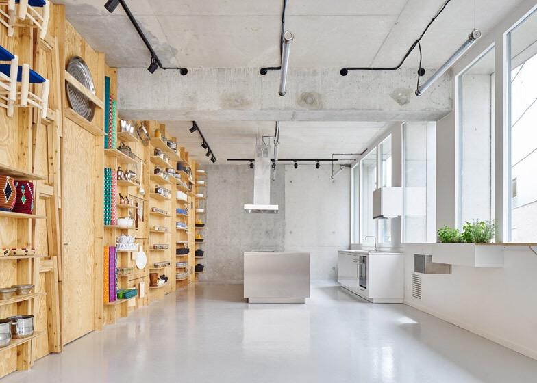 เก็บทุกอย่างไว้ที่ผนัง เพื่อให้มีความยืดหยุ่นในการใช้พื้นที่ได้ตามต้องการ 16 - Art & Design