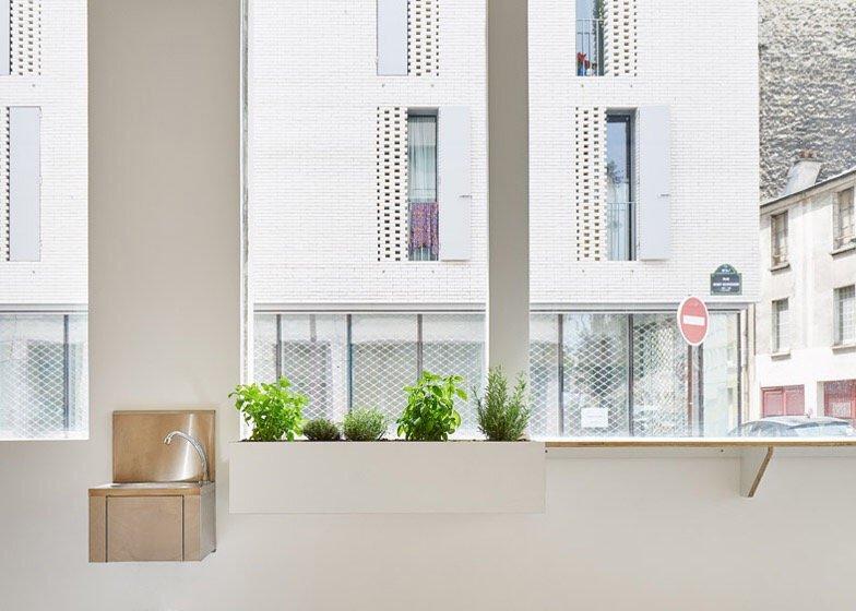เก็บทุกอย่างไว้ที่ผนัง เพื่อให้มีความยืดหยุ่นในการใช้พื้นที่ได้ตามต้องการ 22 - Art & Design