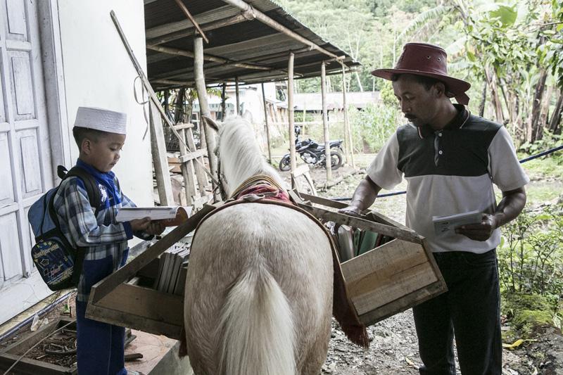 ห้องสมุดบนหลังม้า กระจายความรู้สู่ชาวอินโดนีเซีย 13 - books