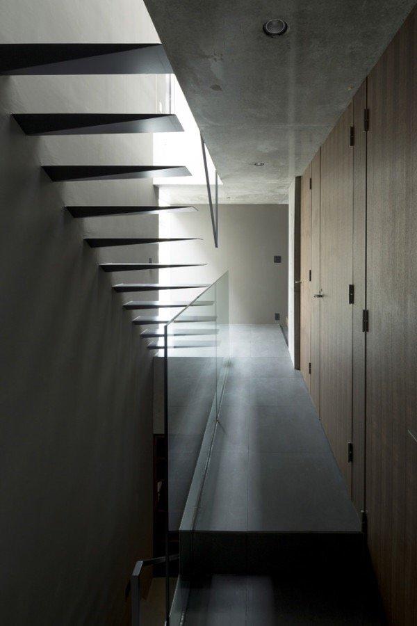 IMG 6545 บ้านคอนกรีต สีเทาเรียบง่าย ที่ทำให้งานศิลปะโดดเด่น งดงาม