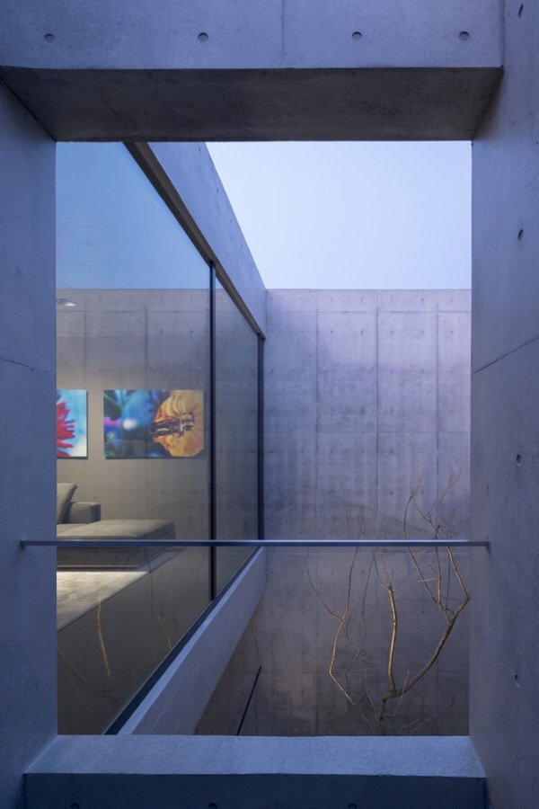 IMG 6548 บ้านคอนกรีต สีเทาเรียบง่าย ที่ทำให้งานศิลปะโดดเด่น งดงาม