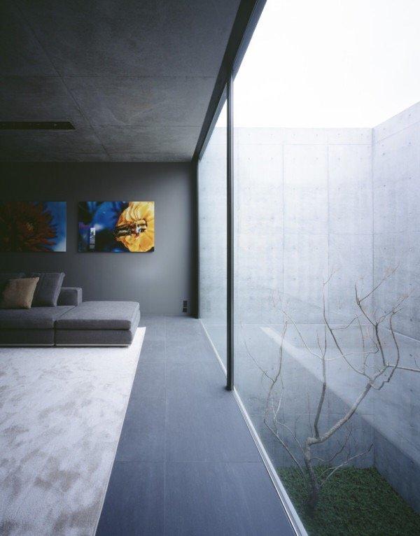 บ้านคอนกรีต สีเทาเรียบง่าย ที่ทำให้งานศิลปะโดดเด่น งดงาม 22 - Japan