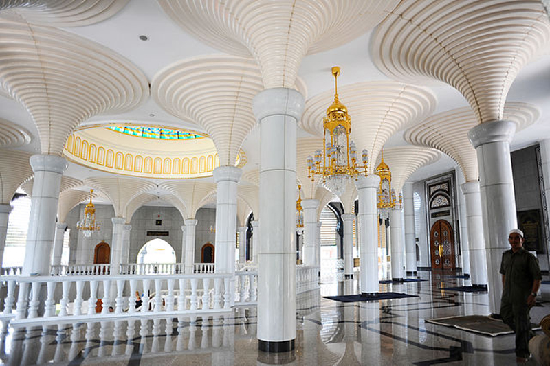 640px-Jame'asr_Hassanil_Bolkiah_Mosque_interior._Bandar_Seri_Begawan,_Brunei,_Southeast_Asia-2