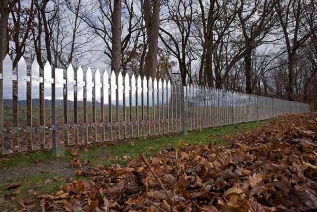50 alyson shotz mirror fence 4 750x500 งานออกแบบสาธารณะสุดครีเอทที่เป็นประโยชน์กับทุกคน