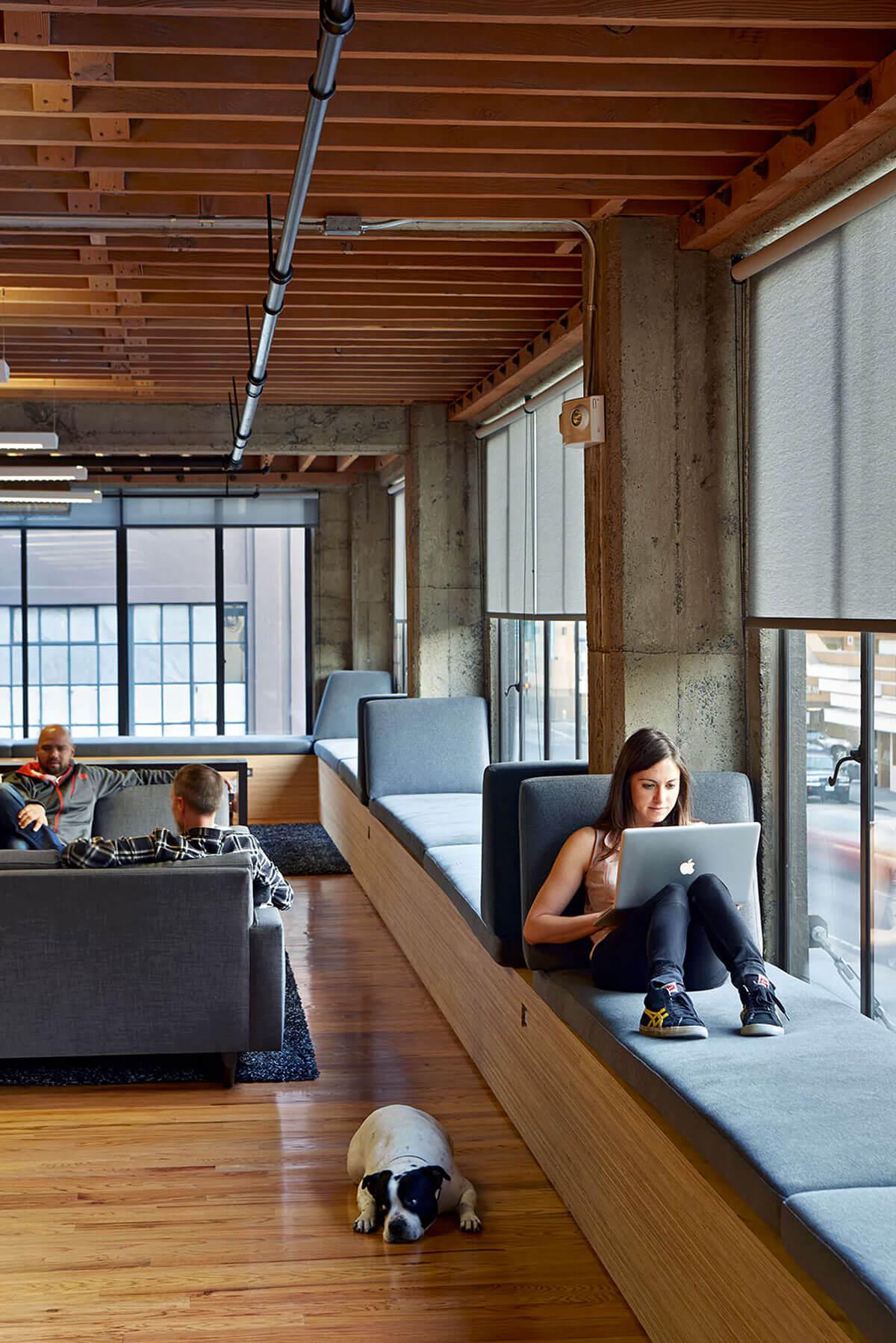12 เทคนิคตกแต่งออฟฟิศเล็กให้ดูใหญ่ ถูกใจ SME และ home office 47 - Co-Working Space