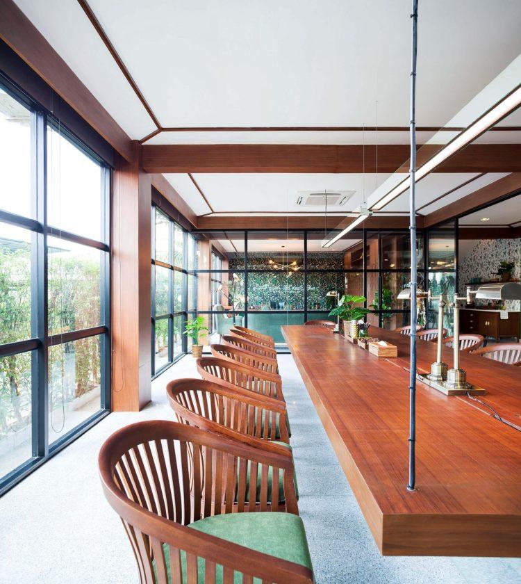 5meeting room 3 750x840 รีโนเวทตึกแถวเก่าเป็นออฟฟิศผลิตภัณฑ์สมุนไพรสไตล์วังเก่าภายใต้แนวคิด โมเดิร์นสามพราน