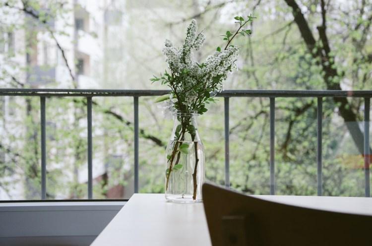 nature flowers table balcony 750x496 แค่ตกแต่งห้อง ก็ช่วยแก้สมองล้า เพิ่มความฟิตสมองได้
