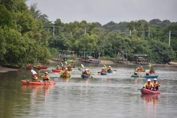 พายเรือเก็บขยะได้ถึง 2 ตัน ธรรมศาสตร์ร่วมสานต่อ #PlasticRights ในแม่น้ำระยอง