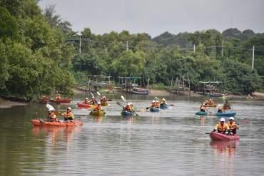 พายเรือเก็บขยะได้ถึง 2 ตัน ธรรมศาสตร์ร่วมสานต่อ #PlasticRights ในแม่น้ำระยอง 9 - Walnut
