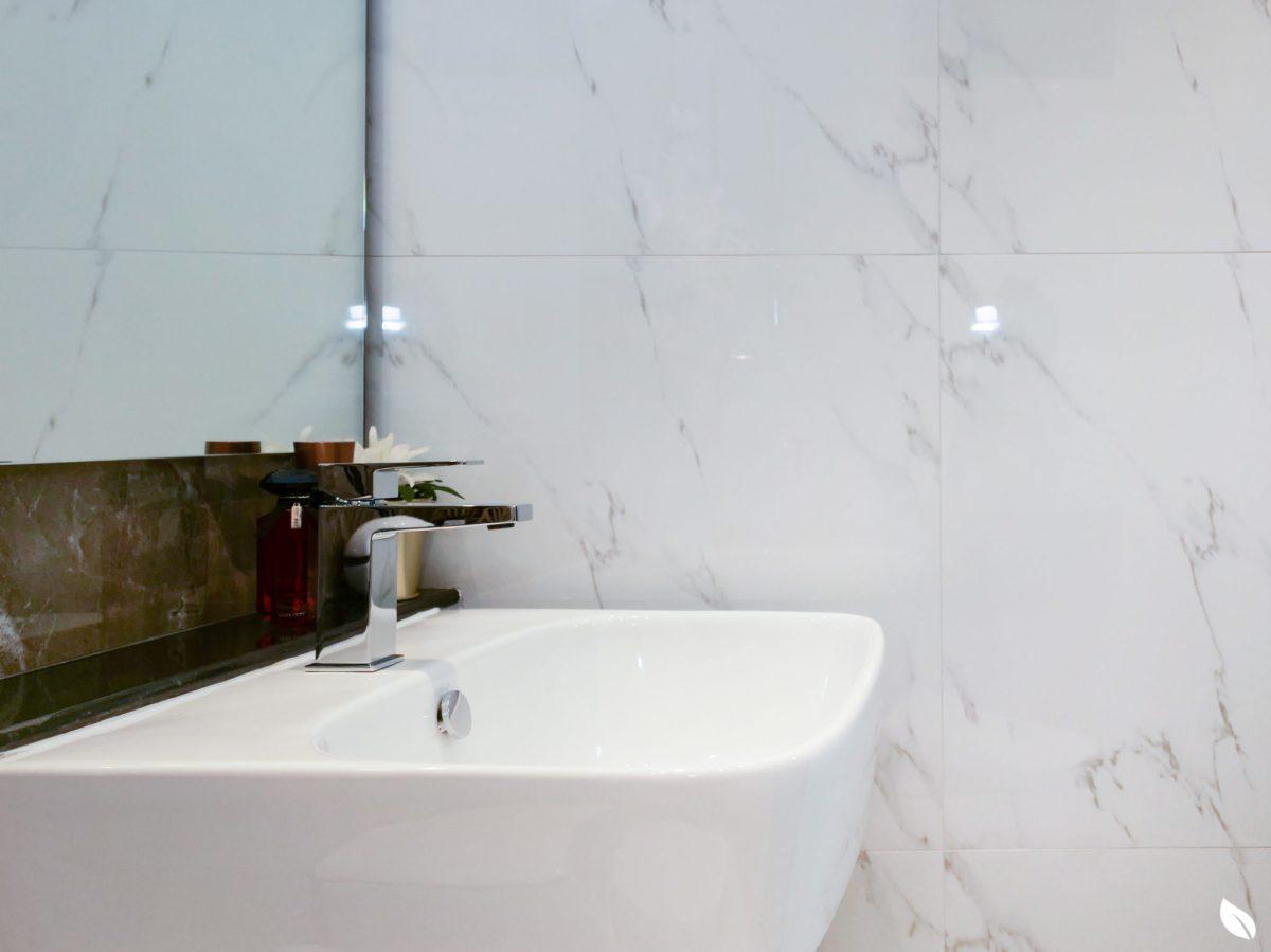 """4 ขั้นตอน """"รีโนเวทห้องน้ำขนาดเล็ก"""" ให้สวยใหม่ จบงานไวใน 2 วัน แบบปูกระเบื้องทับ ไม่ต้องรื้อ 62 - bathroom"""