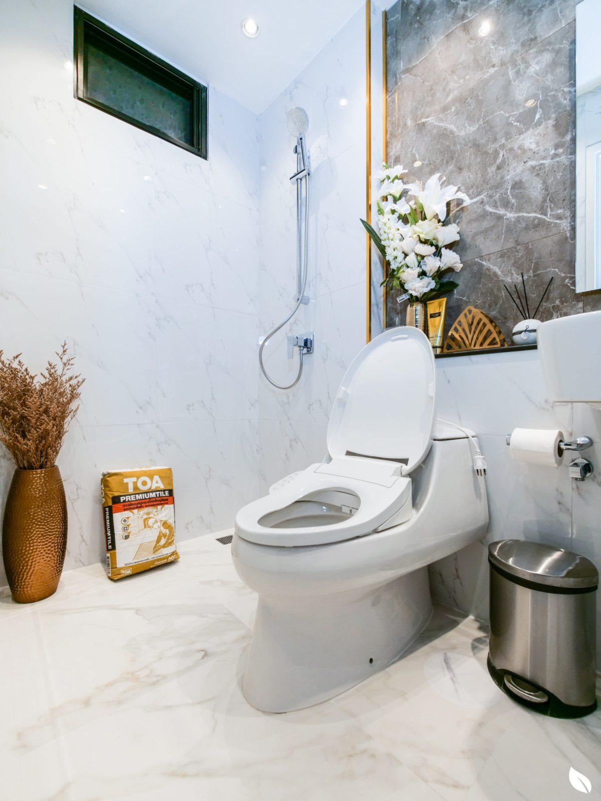 """4 ขั้นตอน """"รีโนเวทห้องน้ำขนาดเล็ก"""" ให้สวยใหม่ จบงานไวใน 2 วัน แบบปูกระเบื้องทับ ไม่ต้องรื้อ 79 - bathroom"""