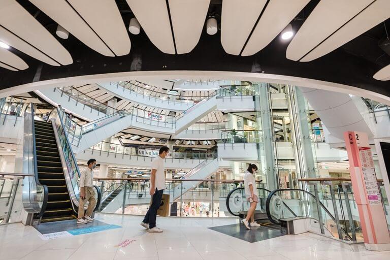 ประมวลภาพ ศูนย์การค้าเซ็นทรัล เปิดให้บริการทั่วประเทศวันแรกหลังคลาย ล็อคดาวน์ รณรงค์ 'วินัยคนไทย' การ์ดอย่าตก เน้นย้ำ Social Distancing 23 - New Normal