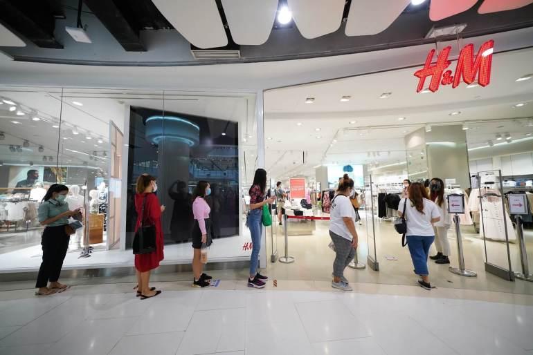 ประมวลภาพ ศูนย์การค้าเซ็นทรัล เปิดให้บริการทั่วประเทศวันแรกหลังคลาย ล็อคดาวน์ รณรงค์ 'วินัยคนไทย' การ์ดอย่าตก เน้นย้ำ Social Distancing 24 - New Normal