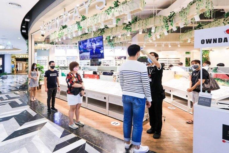 ประมวลภาพ ศูนย์การค้าเซ็นทรัล เปิดให้บริการทั่วประเทศวันแรกหลังคลาย ล็อคดาวน์ รณรงค์ 'วินัยคนไทย' การ์ดอย่าตก เน้นย้ำ Social Distancing 37 - New Normal