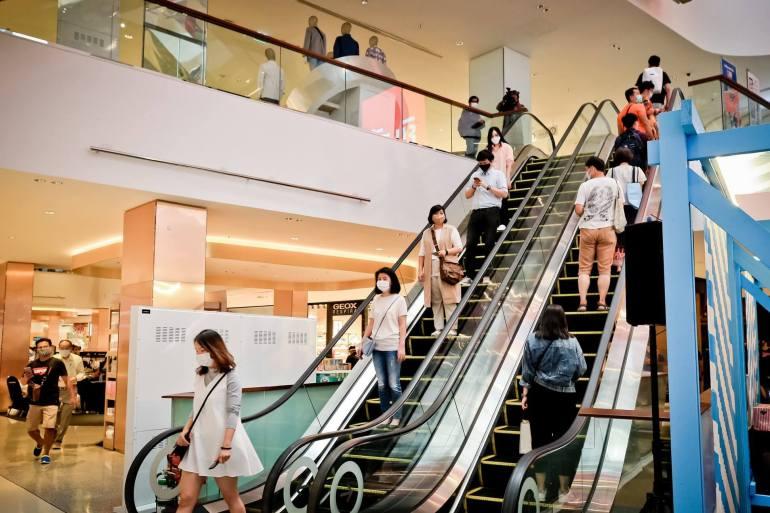 ประมวลภาพ ศูนย์การค้าเซ็นทรัล เปิดให้บริการทั่วประเทศวันแรกหลังคลาย ล็อคดาวน์ รณรงค์ 'วินัยคนไทย' การ์ดอย่าตก เน้นย้ำ Social Distancing 22 - New Normal
