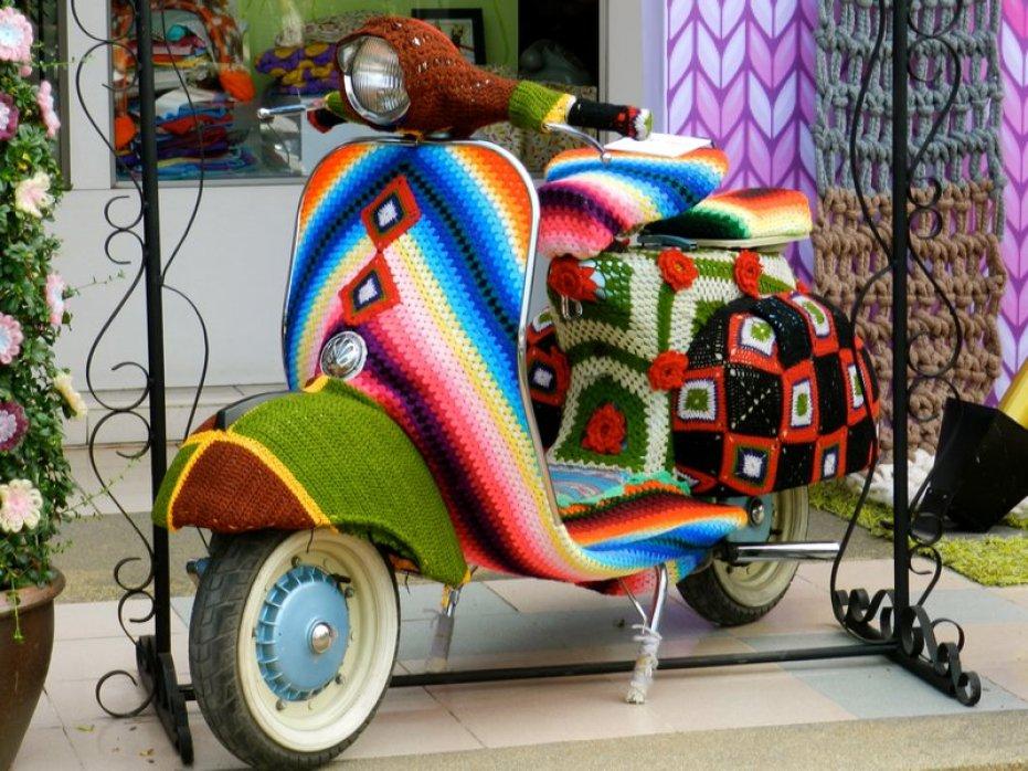 magda-mayeg-knitted-vespa-art
