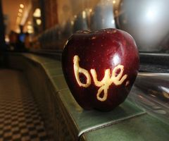 mela con incisa la parola 'bye'
