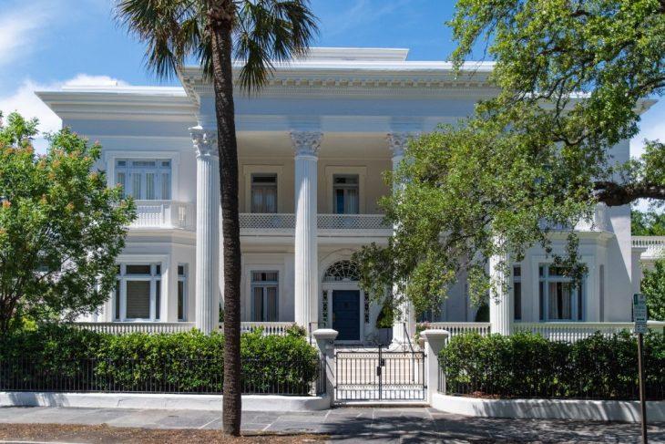 la facciata di una casa con eleganti colonne in stile greco